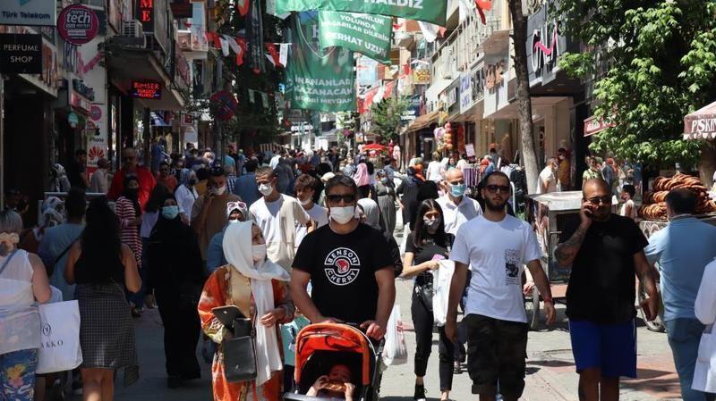 Kocaeli'de bayram alışverişine çıkan vatandaşlar şehir merkezine akın etti