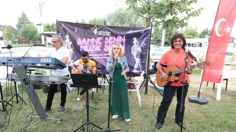 Gülümse Kafe'de yerel müzik ziyafeti
