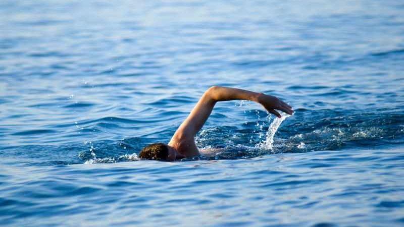 Denizde yüzerken kalbine yenik düştü