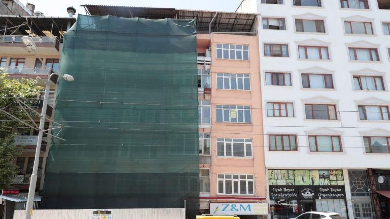 İzmit'teki o binanın yıkımına 22 yıl sonra başlandı