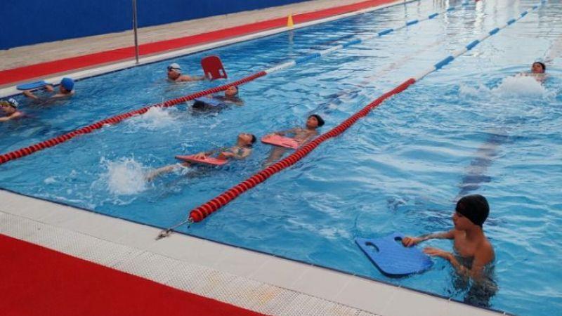 İzmit'te ücretsiz yüzme kursları devam ediyor