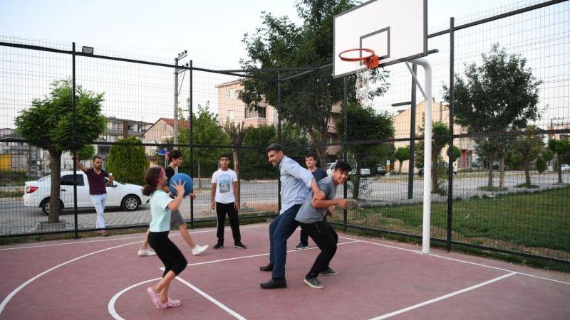 Kocaman, gençlerle basketbol oynadı