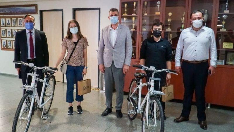Sezer, YKS'de derece yapan öğrencilerle bisiklet hediye etti