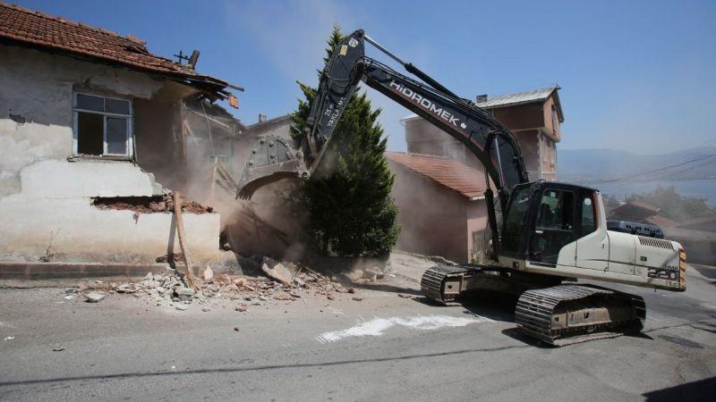İzmit'teki hasarlı binalar yıkılıyor