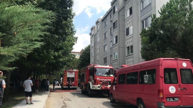 İzmit'te yangın paniği! 5 katlı binada çıkan yangında hastanelik oldu