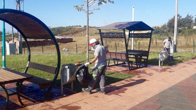 Parklarda düzenli temizlik yapılıyor