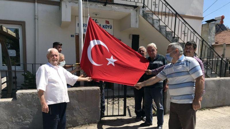 Vatandaş Türk bayrağı istedi,Büyükakın yerine getirdi