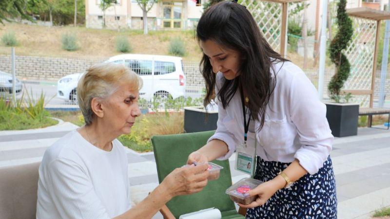 Alzheimer hastalarına aşure ikramı