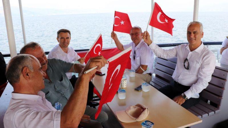 Muhtarlar zafer coşkusunu Büyükşehir'in körfez turunda yaşadı