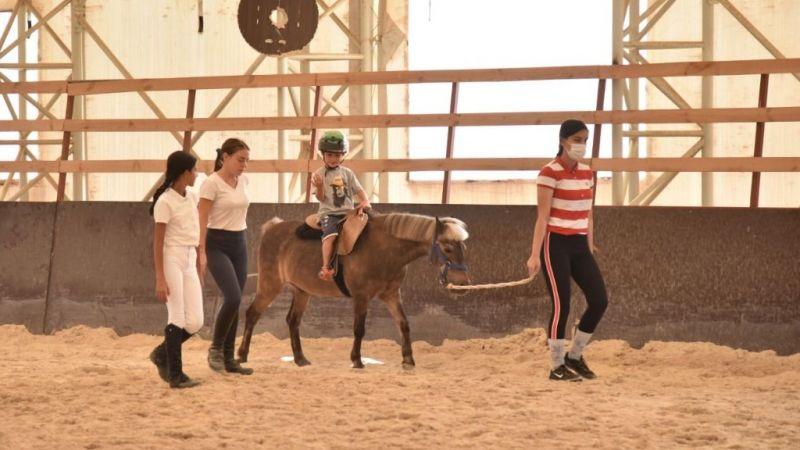 Kartepe'de özel çocuklara atla terapi desteği