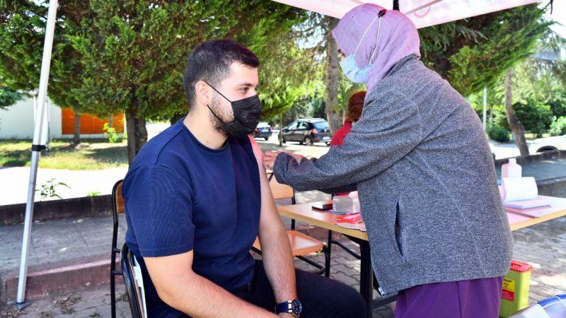 KOÜ'lü öğrenciler aşı oluyor