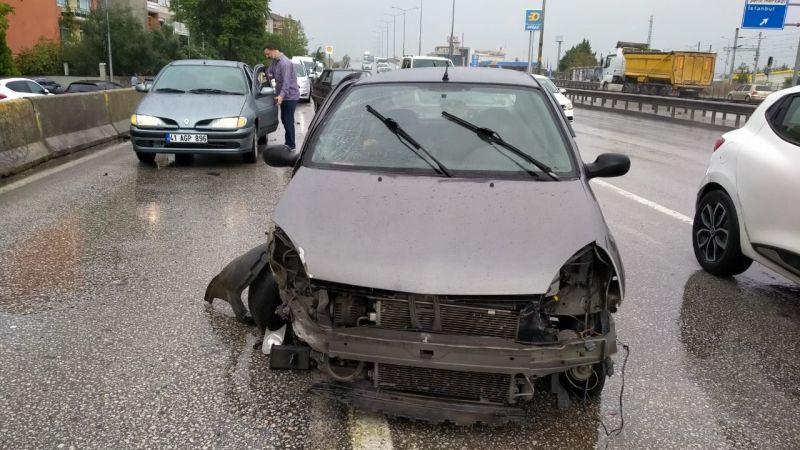 İzmit'te korkutan kaza: Kontrolden çıkan otomobil bariyerlere çarptı!