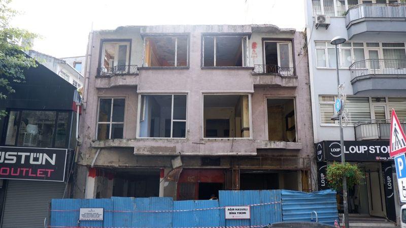Depremde ağır hasar görmüştü! 22 yıl sonra yıkılıyor