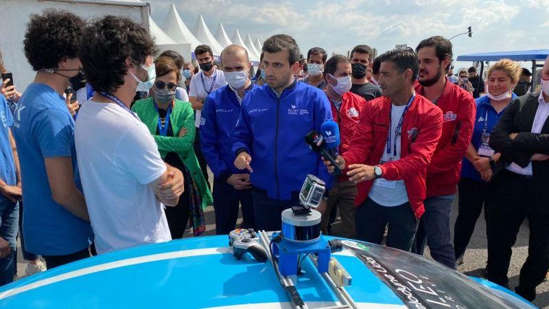 Selçuk Bayraktar'dan 'Robotaksi Binek Otonom Araç Yarışması'nda takımlara ziyaret