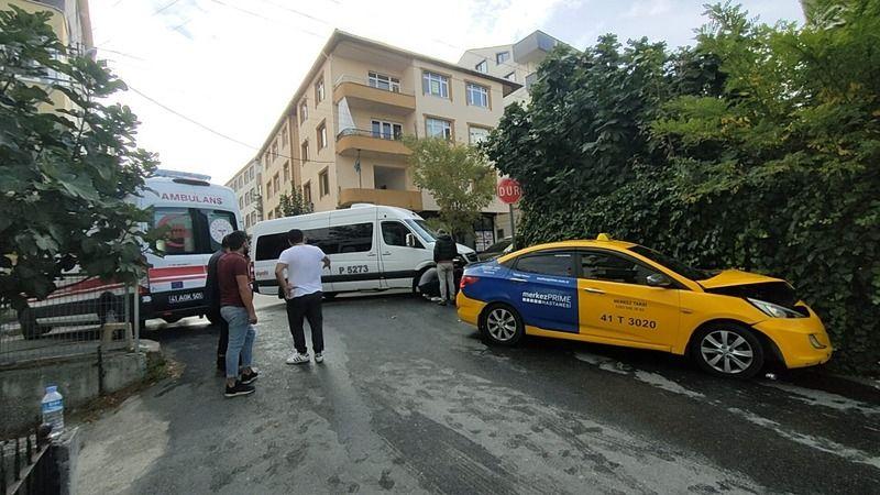 Servis minibüsü ile çarpışan taksinin sürücüsü yaralandı