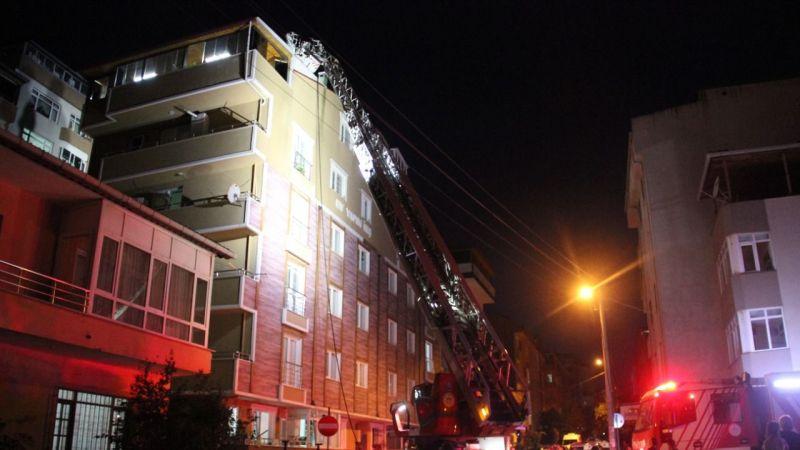 Bina çatısında çıkan yangın paniğe neden oldu