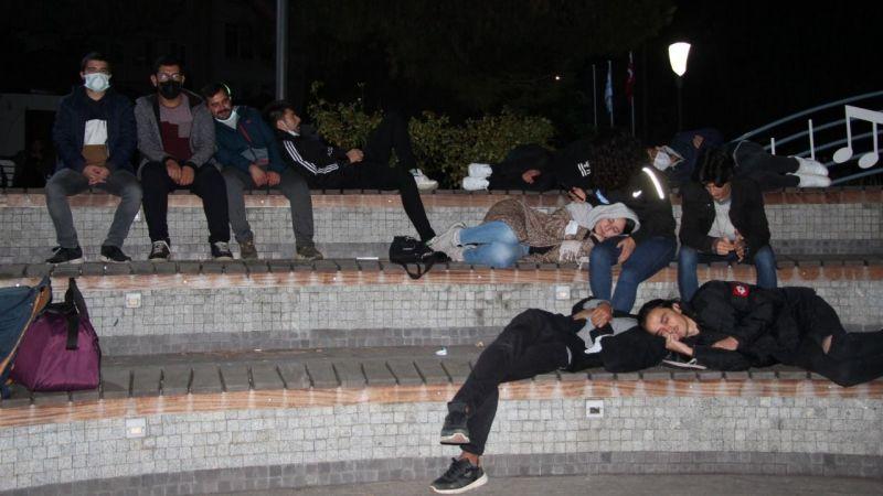 Öğrenciler geceyi parkta geçirdi: Vali 'yurt talepleri yok' dedi