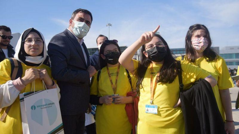 Başkan Özlü, öğrencilerle birlikte TeknoFest'te