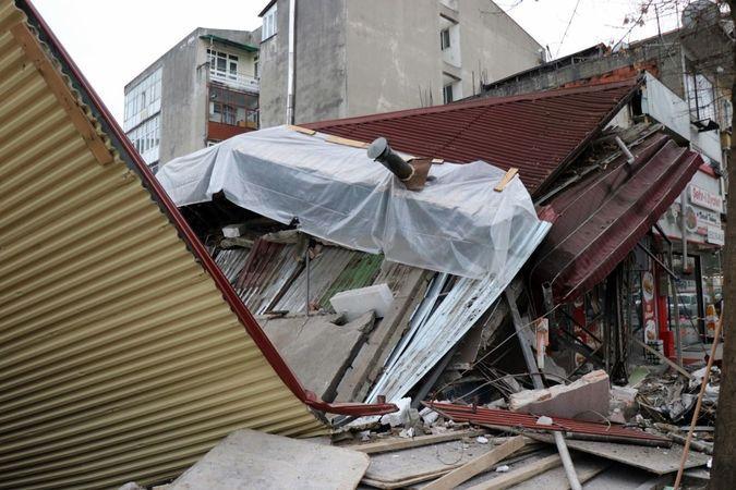 Adapazarı'nda bina çöktü..
