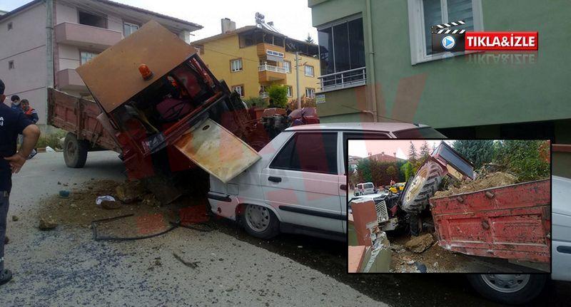 Freni boşalan Belediyeye ait traktör otomobile çarpıp ikiye bölündü... 2 yaralı