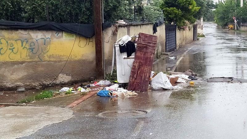 Pamukova Ergenekon Caddesinde çöpler yola taştı..!