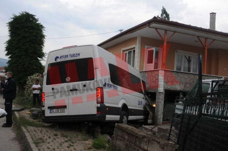Geyve'de minibüs evin bahçesine girdi! 4 yaralı
