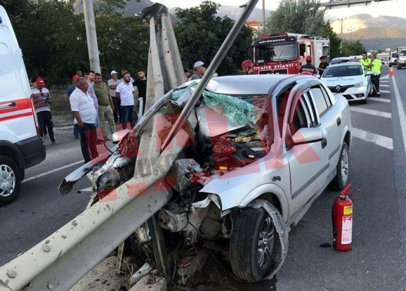 Pamukova'da otomobil bariyerlere ok gibi saplandı..! 1 yaralı