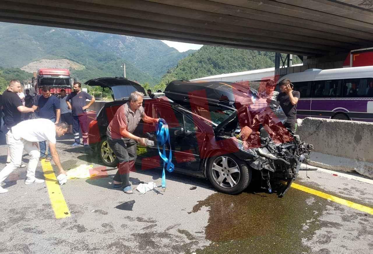 Adapazarı Pamukova yolunda yabancı plakalı otomobil TIR'a arkadan çarptı! 3 yaralı