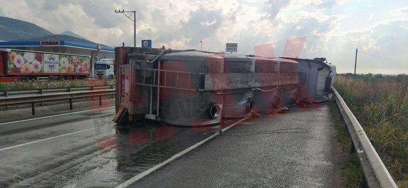 Pamukova'da süt tankeri devrildi, sütler yola döküldü