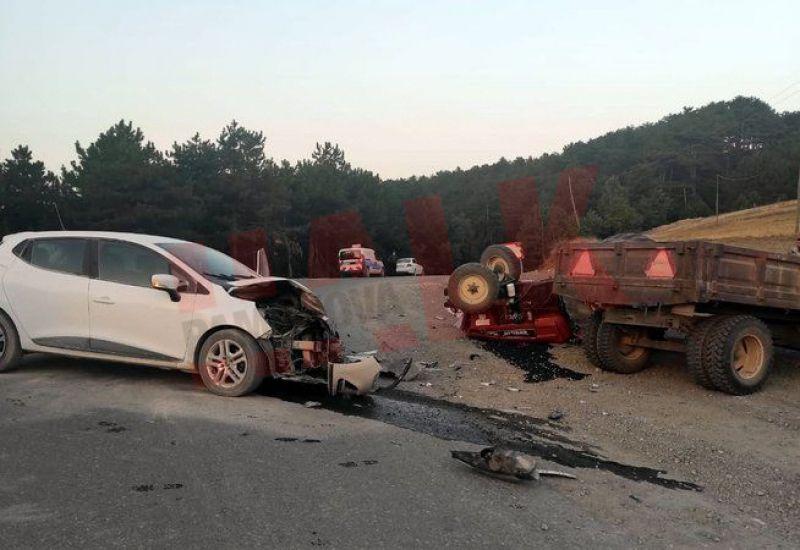 Geyve'de traktörle otomobil çarpıştı! 1 ölü 2 yaralı...