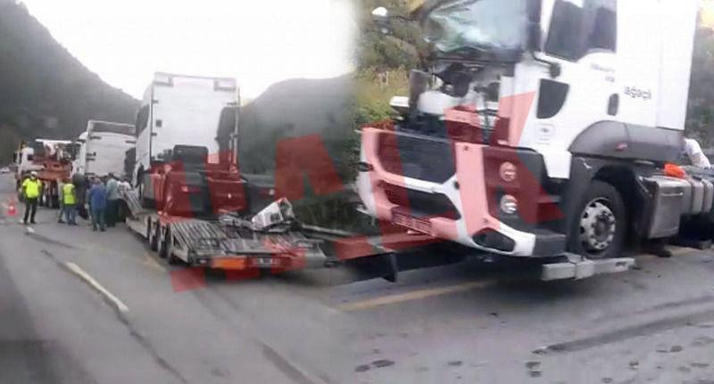 Sıfır TIR çekicilerini taşıyan TIR Kara yolu bakım aracına çarptı! TIR'lar yola düştü 1 yaralı