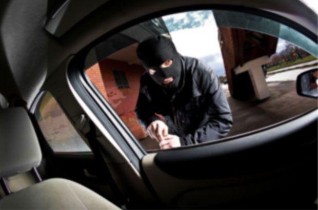 Oto camı kırarak hırsızlık yapan şahıs yakalandı