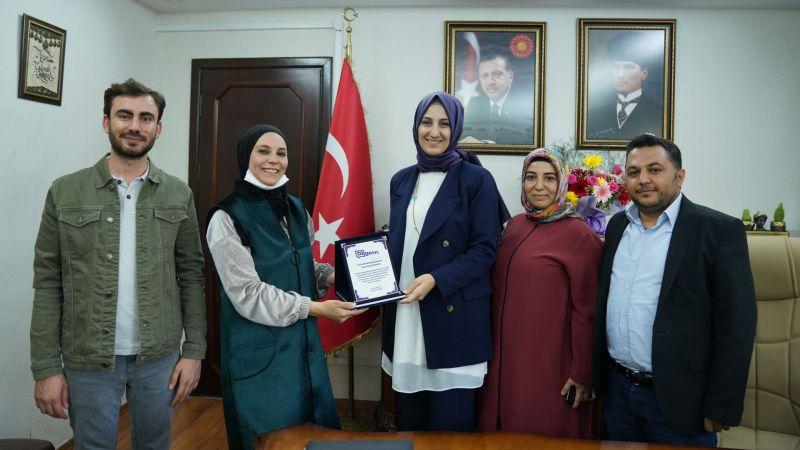 Özel eğitim öğretmenlerinden Başkan Ayşe Çakmak'a plaket