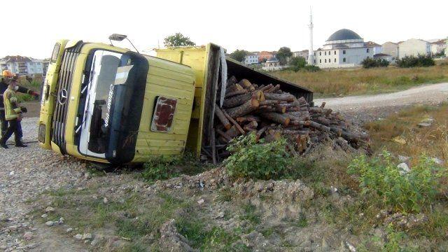 Odun yüklü kamyon şarampole devrildi