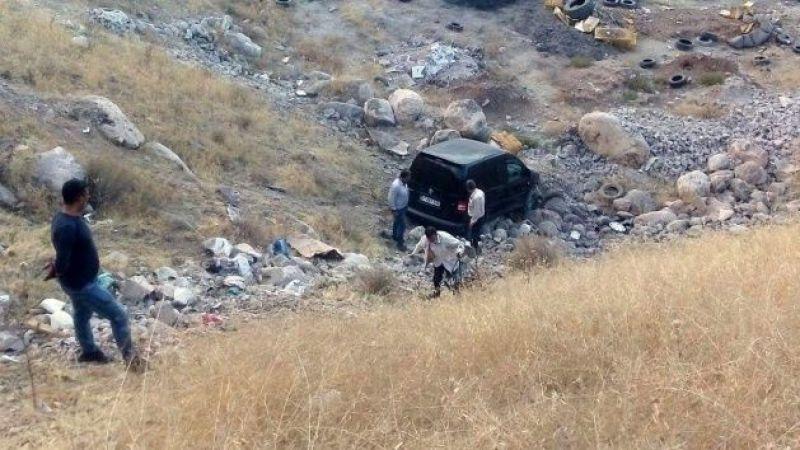 Hakimiyetini kaybeden araç 20 metrelik uçurumdan yuvarlandı