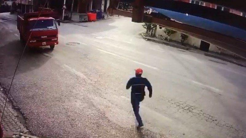 Bursa'da freni boşalan kamyonun şoförü koştu ama...