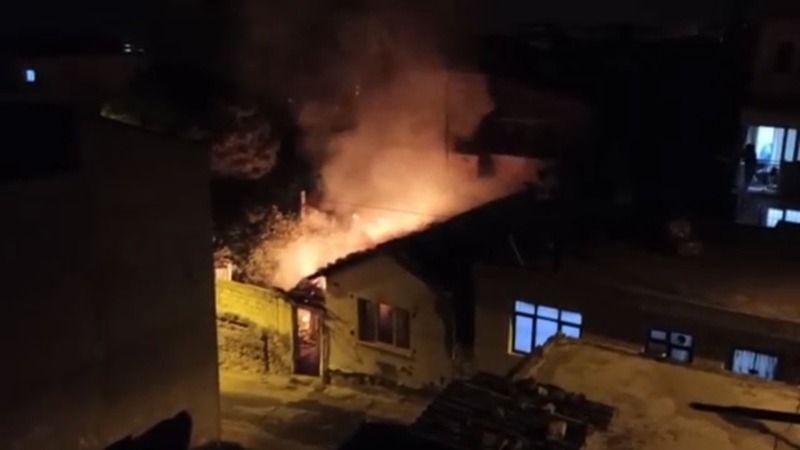 Kurtbasan'da tinerciler takıldıkları evi yaktı.