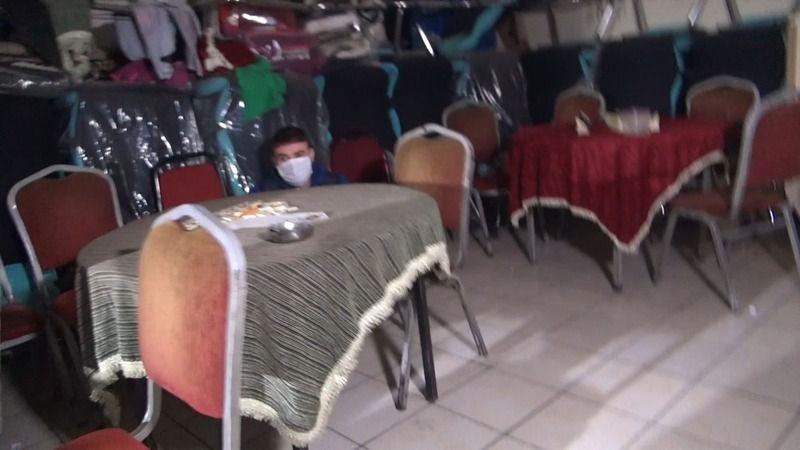 Polislerden saklanmak için masanın altına girdi