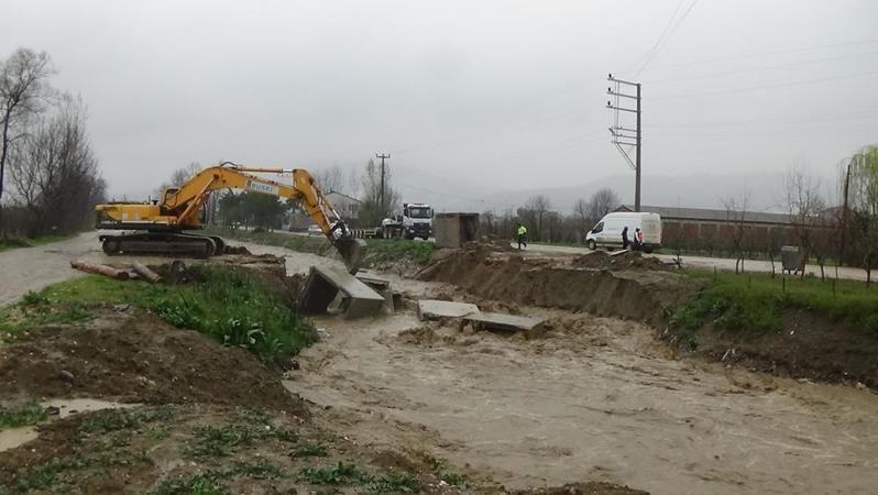 Bursa'da derede sular taştı, yollar kapandı