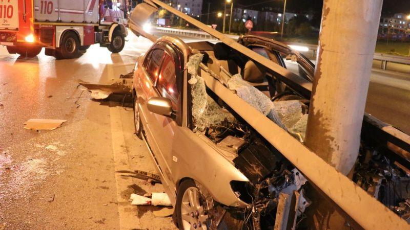 Otomobil kontrolden çıktı bariyerlere ok gibi saplandı: 2 yaralı