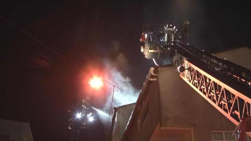 İstanbul'da iki binanın çatısı yandı