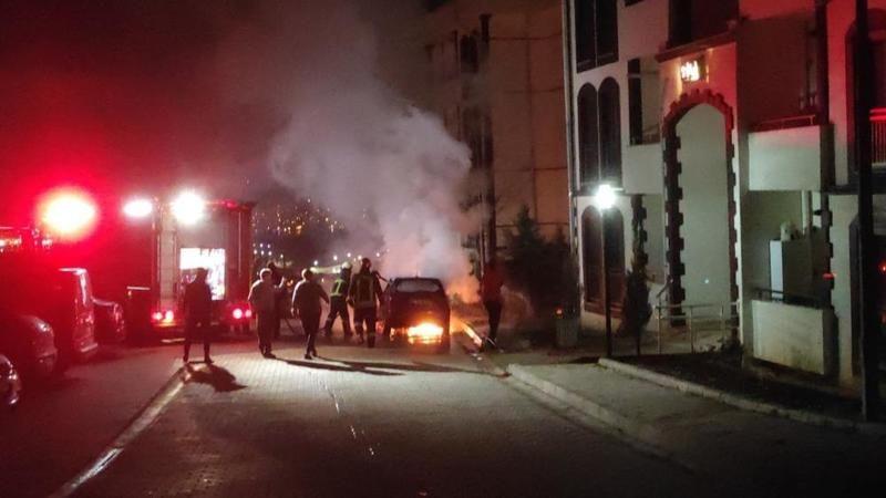 Kocaeli'de park halindeki otomobil yandı