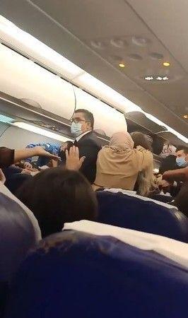 Uçakta çıkan kavga uçuşu 5 saat aksattı