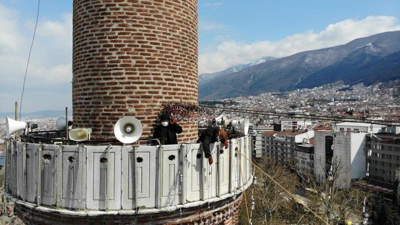 Bursa'da Ulu Cami'ye Ramazan mahyası asıldı