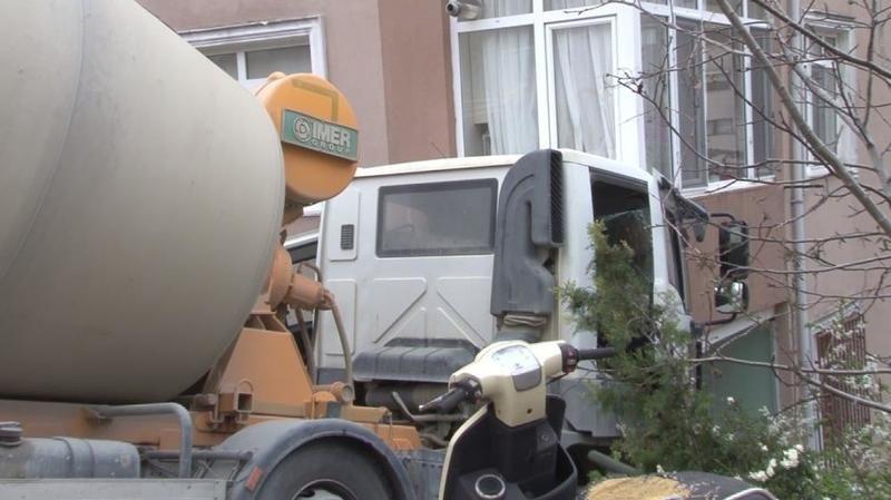 İstanbul'da beton mikseri kontrolden çıktı binaya çarptı