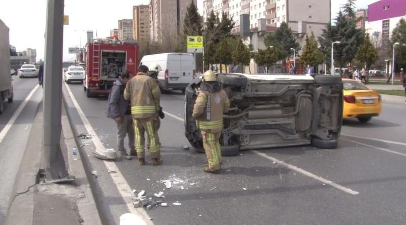 İstanbul'da  E-5 yan yolda trafiği kilitleyen kaza
