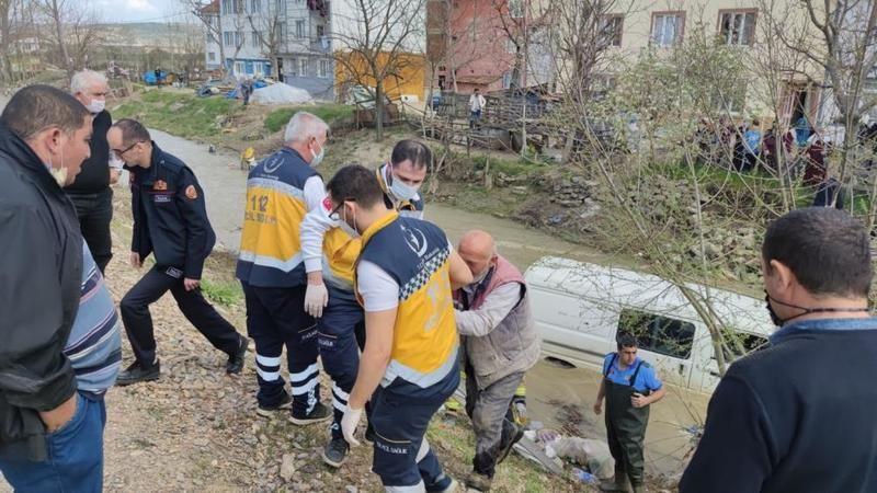 Bursa'da minibüs dereye uçtu, itfaiye yardıma koştu