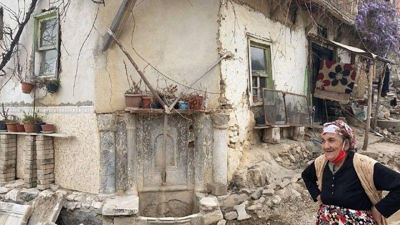 Bursa'daki tarihi çeşme definecilerin saldırısından sonra  hafriyat kamyonunun kurbanı