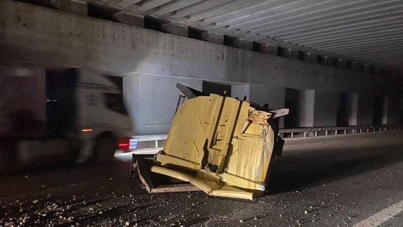 Bursa'da kamyon üst geçide takıldı