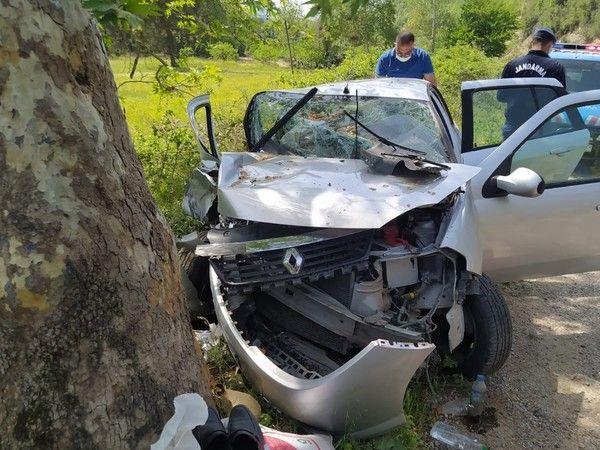 Adana'da kardeşinin cenasine giderken ağaca çarptı